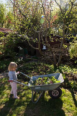 girl doing garden work  - p1514m2089235 by geraldinehaas