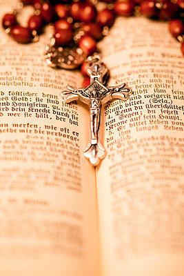Kruzifix mit Rosenkranz und Bibel - p3300243 von Harald Braun