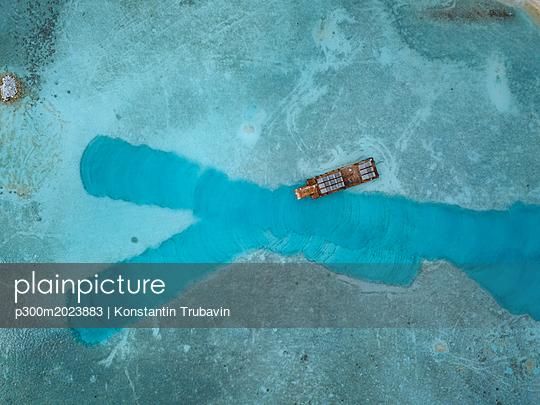Maldives, Aerial view of bathing jetty - p300m2023883 von Konstantin Trubavin