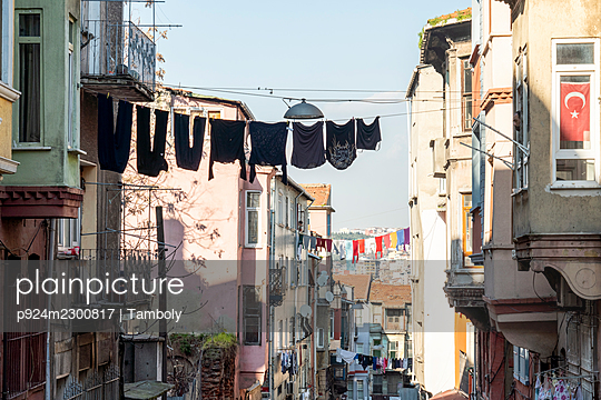 Turkey, Istanbul, Laundry drying between houses in Balat district - p924m2300817 by Tamboly