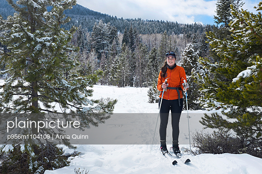 Young woman on cross country skis - p956m1104109 by Anna Quinn