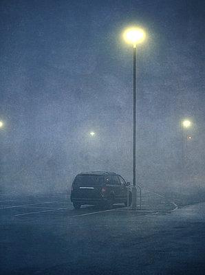 SUV in a parking lot at dawn in the fog - p1280m2278685 by Dave Wall