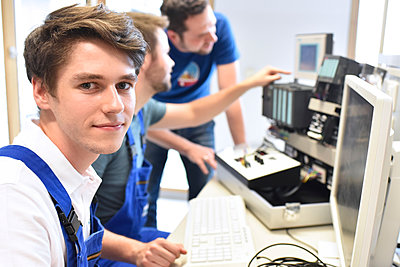 Portrait of smiling student with technical instructor in background - p300m1191783 by lyzs