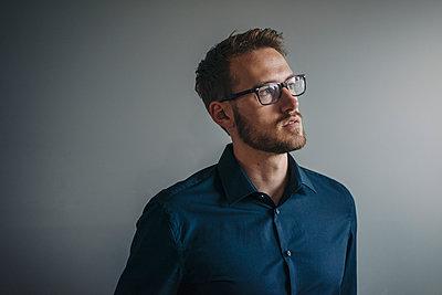 Portrait of businessman thinking - p300m1356168 by Kniel Synnatzschke