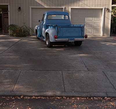 Pickup-truck in front of house - p552m1487819 by Leander Hopf