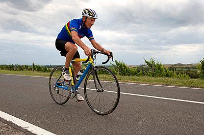 Elderly racing cyclist - p608m852102 by Jens Nieth