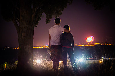Paar betrachtet Feuerwerk - p829m1110838 von Régis Domergue