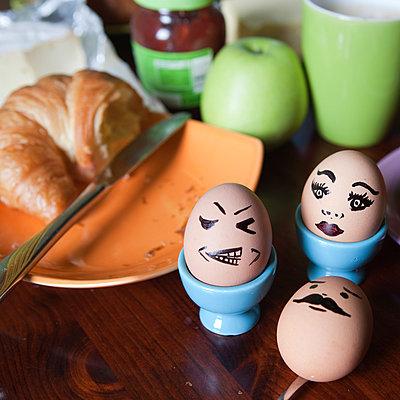 Frühstückseier mit Gesicht - p1078m881921 von Frauke Thielking
