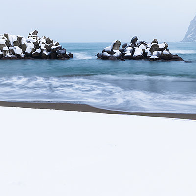 Long exposure shot of tetrapods in the winter sea, Yoichi, Hokkaido, Japan - p1166m2108031 by Cavan Images