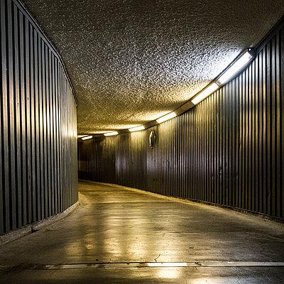 Unterführung - p1367m1221005 von Teresa Walton