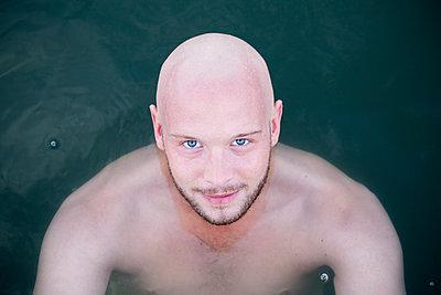 Mann im See - p817m2016123 von Daniel K Schweitzer