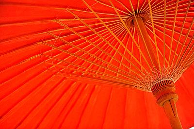 Roter Sonnenschirm - p949m658187 von Frauke Schumann