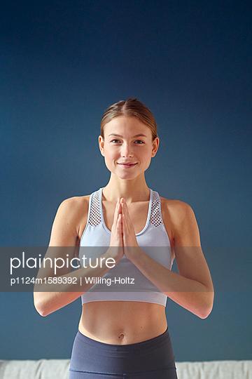 Junge Frau macht Yoga - p1124m1589392 von Willing-Holtz