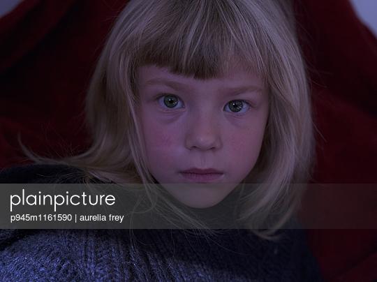 Porträt eines blonden Mädchens - p945m1161590 von aurelia frey