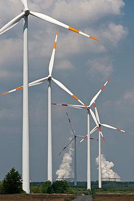 Windräder vor dem Braunkohlekraftwerk Jänschwalde - p1079m1042144 von Ulrich Mertens