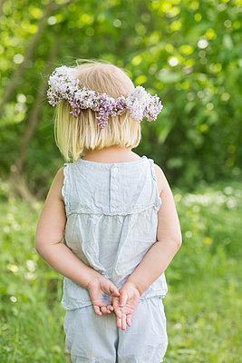 Little girl with floral wreath  - p1323m1575249 von Sarah Toure