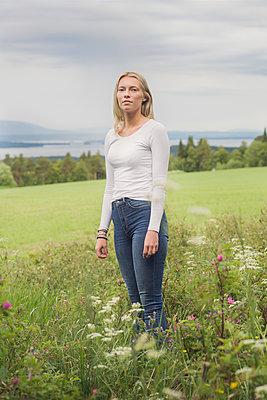 woman in a field - p1323m2015114 von Sarah Toure