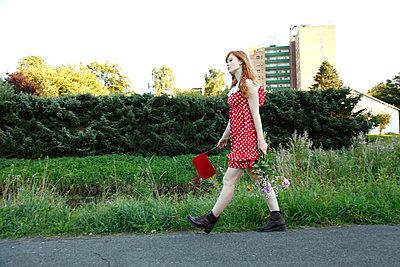 Mit Handtasche und Blumenstrauß - p249m865520 von Ute Mans