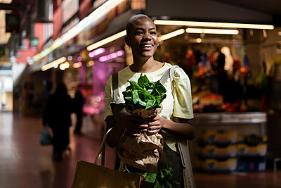 Barcelona, Spain. Young cool woman shoping in local market. Sustainable, local, grocery store, buy, reusable, vegetables, fruit, recycle, healthy, local, small business - p300m2179905 von VITTA GALLERY