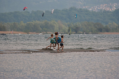 Italy, Lombardy, Province Como, Lake Como, Playing children - p300m941027f by Andreas Pacek
