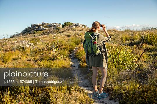 Frau auf einer Bergtour - p1355m1574095 von Tomasrodriguez