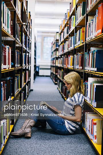 Junge Frau in der Bibliothek - p586m971638 von Kniel Synnatzschke