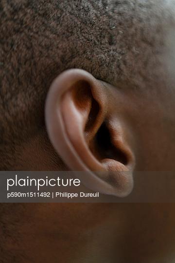 plainpicture   Photo library for authentic images - plainpicture p590m1511492 - Ear of a man with short hair - plainpicture/Philippe Dureuil