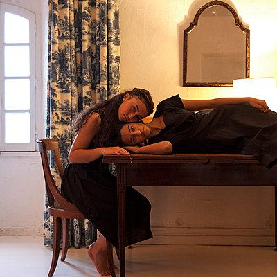 Zwei Frauen in schwarzen Kleidern - p1105m2128786 von Virginie Plauchut