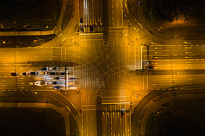 Cars waiting on crossroad in city at night - p1166m2096050 by Cavan Images