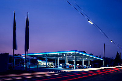 Germany, Petrol station in the evening - p1275m2254110 by cgimanufaktur