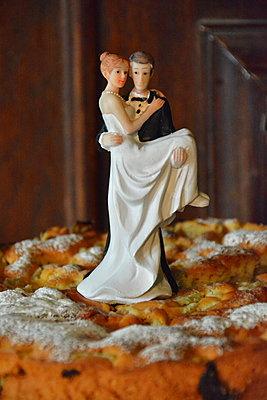Wedding cake - p148m2044646 by Axel Biewer