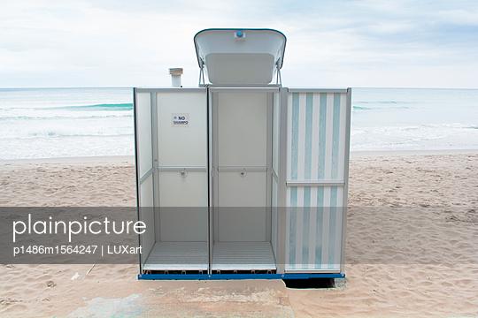 Dusche am Strand - p1486m1564247 von LUXart