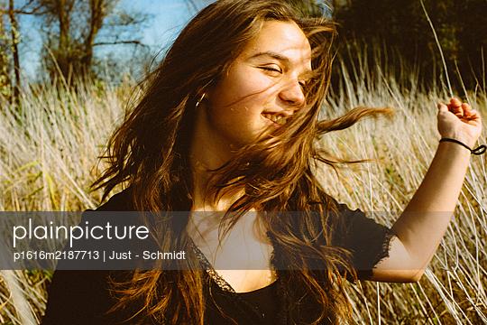 Junge Frau mit langen Haaren im Kornfeld - p1616m2187713 von Just - Schmidt