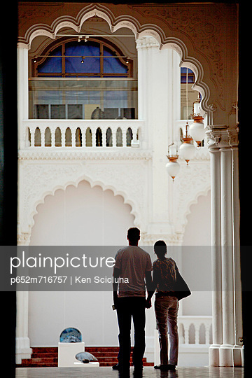 Hungary, Budapest, Central & Eastern Europe, A couple overlooking at the courtyard in the Modern Art Museum - p652m716757 by Ken Scicluna