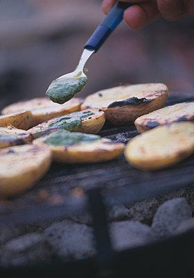 Grillkartoffeln mit Pesto - p1115m890253 von Nikolai Buroh