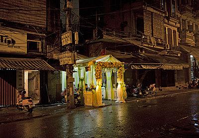 Erleuchtetes Festzelt in dunkler Straße  - p1330m1170989 von Caterina Rancho