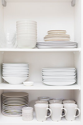 Stacked dishes in the cupboard - p1598m2164160 by zweiff Florian Bier