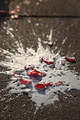Zerbrochenes Glas und verschüttetes Getränk - p1685m2272457 von Joy Kröger