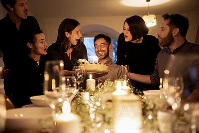 dinner with friends - p300m2282428 von Malte Jäger