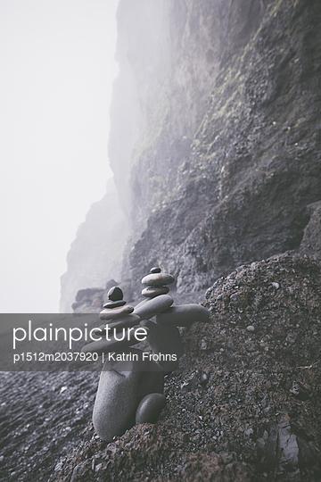 Steinhaufen am Strand von Reynisfjara - p1512m2037920 von Katrin Frohns