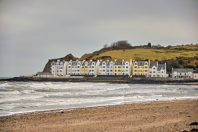 Beach with English seaside cottages, Cushendun, United Kingdom, 2018 - p1362m2028885 by Charles Knox