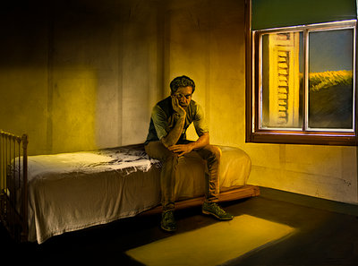 Einsamer Mann auf der Bettkante - p1693m2294957 von Fran Forman
