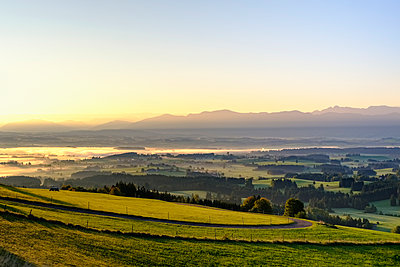 Germany, Bavaria, Upper Bavaria, Allgaeu, Pfaffenwinkel, View from Auerberg near Bernbeuren during sunrise - p300m1536298 by Martin Siepmann