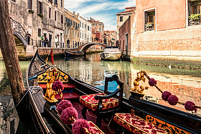 Italy, Venice, gondola on canal - p300m2023761 by Carmen Steiner