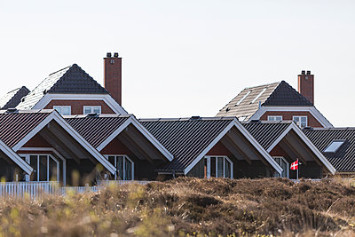 Denmark, Romo, Clear sky over row of summer houses - p300m2273629 by Anke Scheibe