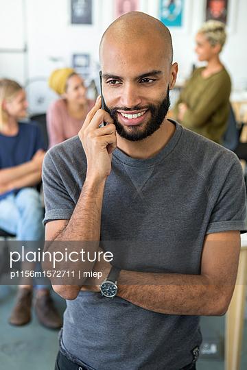 Mann mit Smartphone - p1156m1572711 von miep