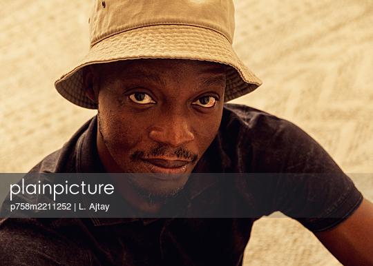 Portrait mit Kappe - p758m2211252 von L. Ajtay