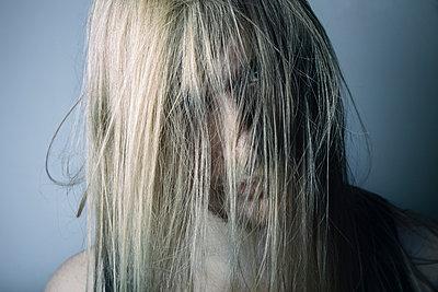 Junger Mann mit zerzaustem Haar - p1180m987367 von chillagano