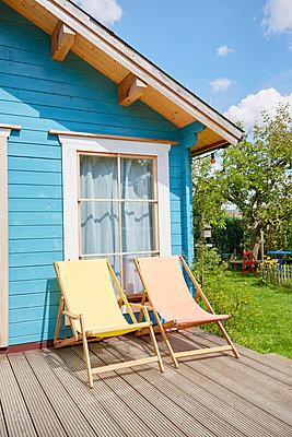 Liegestühle und Gartenhaus - p464m1496652 von Elektrons 08