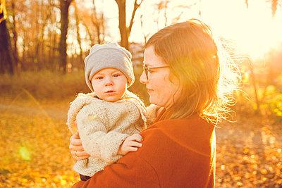 Herbstspaziergang, Mutter mit Kind - p904m1193454 von Stefanie Päffgen